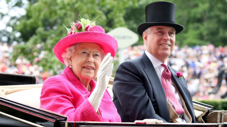 Dronning Elizabeth II og prins Andrew smiler