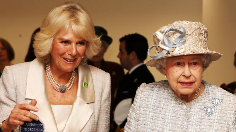 Camilla Parker Bowles og dronning Elizabeth på et arrangement sammen