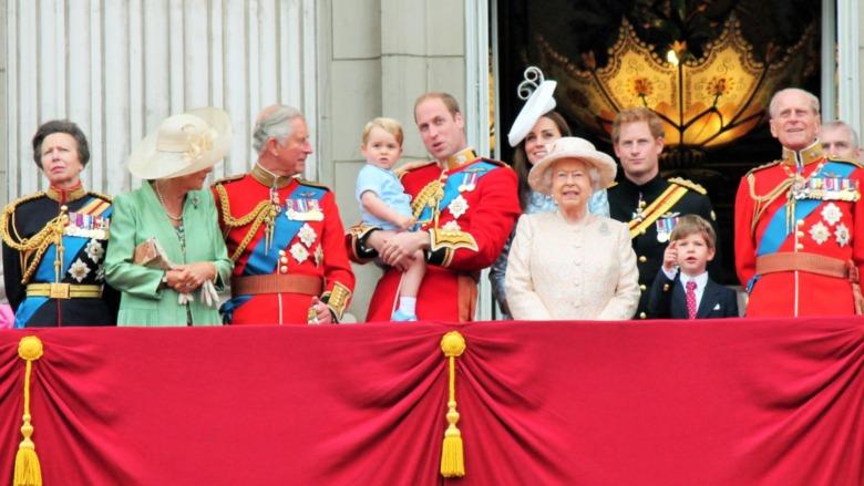 Den kongelige familien iført militæruniform