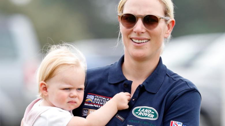 Zara Tindall bærer datteren på en polo-begivenhet
