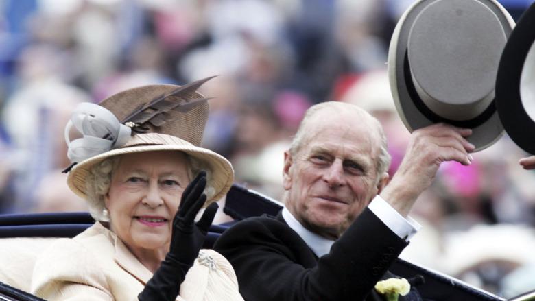 Dronning Elizabeth og prins Philip kjører i bil