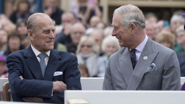 Prins Philip snakker med prins Charles