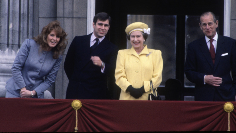 Sarah Ferguson, prins Andrew, dronning Elizabeth II og prins Philip smilte til mengden