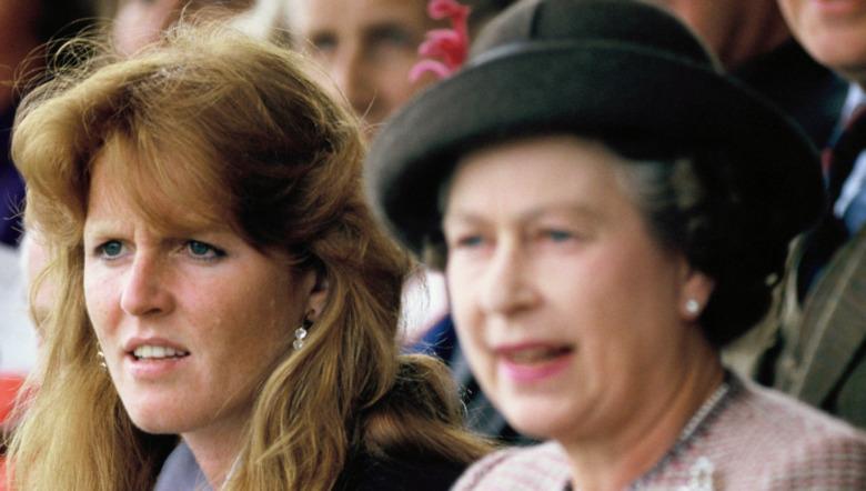 Sarah Ferguson og dronning Elizabeth II ser på en begivenhet