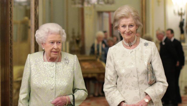 Dronning Elizabeth II og prinsesse Alexandra, den ærverdige dame Ogilvy, smiler