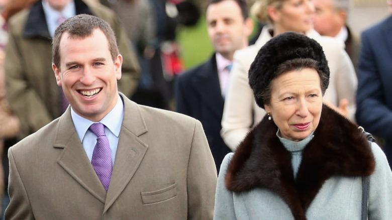 Peter Phillips og prinsesse Anne smiler