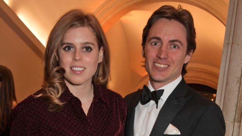 Prinsesse Beatrice og Edoardo Mapelli Mozzi smiler ved siden av hverandre