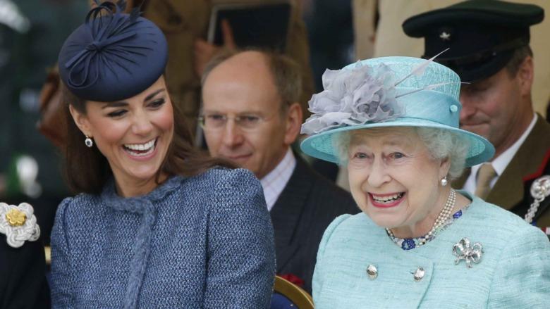 Kate Middleton og dronning Elizabeth deler en latter