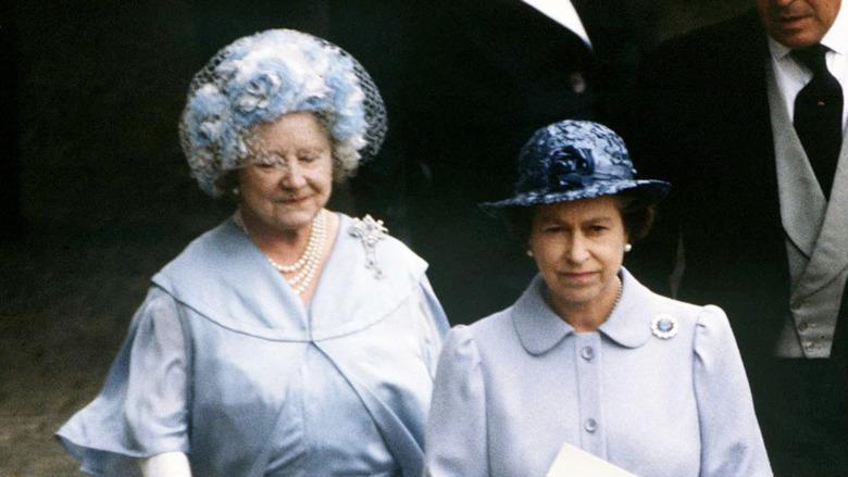 Dronning Elizabeth II og dronningmoren i 1982