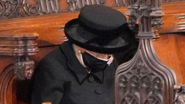 Dronning Elizabeth II hodet ned