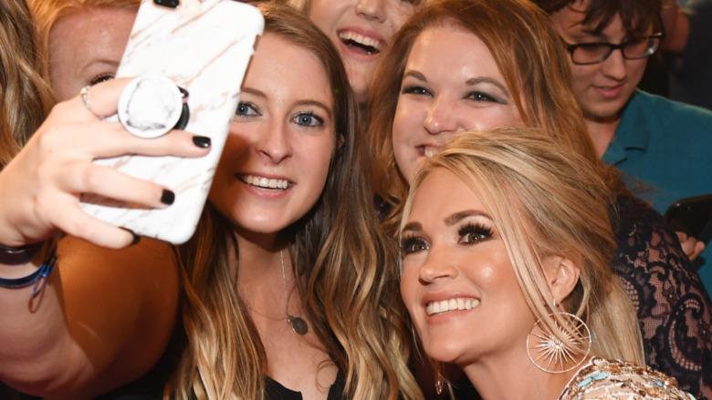 Carrie Underwood smilende fans