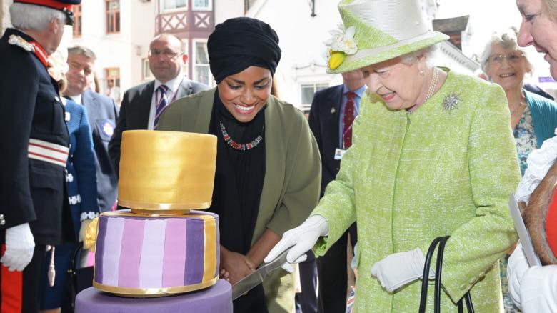 Dronning Elizabeth II mottar sin 90-årsdagskake