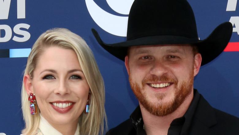Cody Johnson og kona Brandi Johnson, ACMs røde løperen