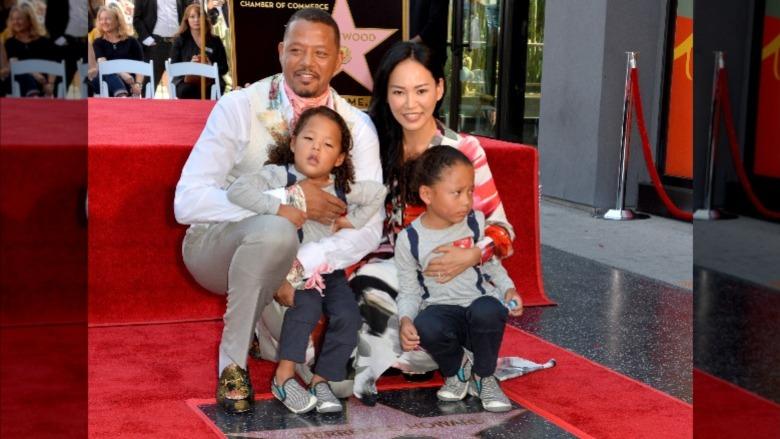 Terrence Howard og Mira Pak poserer med barna sine