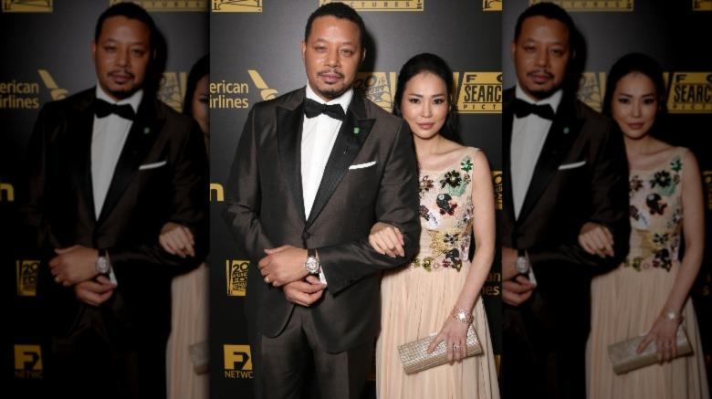 Terrence Howard og Mira Pak ser seriøse ut