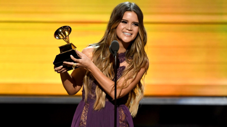 Maren Morris holder Grammy-prisen på scenen
