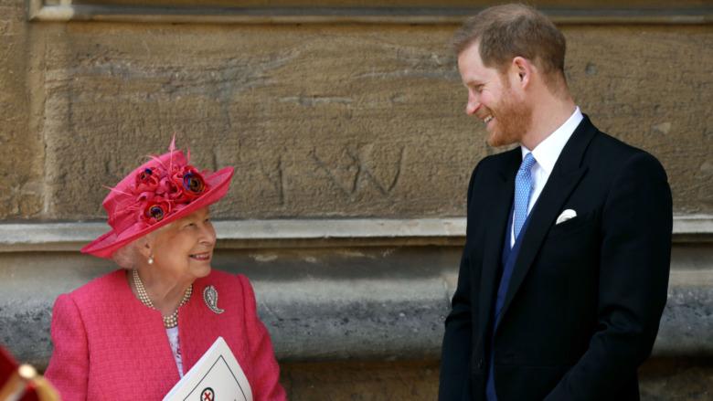 Prins Harry smiler til Queen