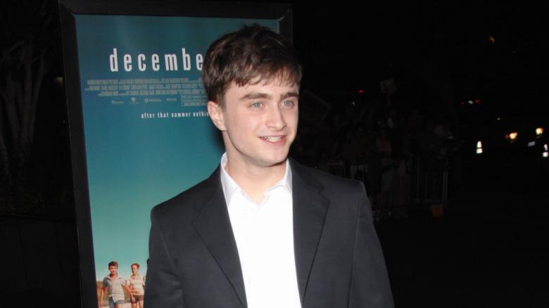 Daniel Radcliffe poserer i mørk jakke og hvit skjorte.
