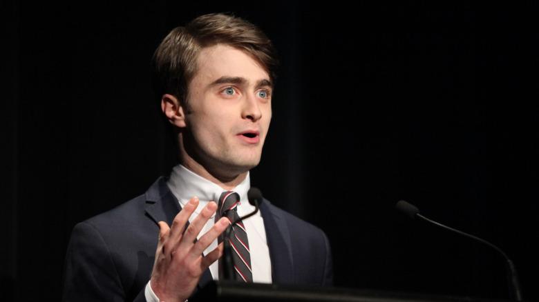 Daniel Radcliffe snakker på scenen i 2011.