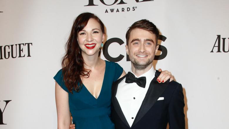 Daniel Radcliffe og Erin Darke stiller side om side.
