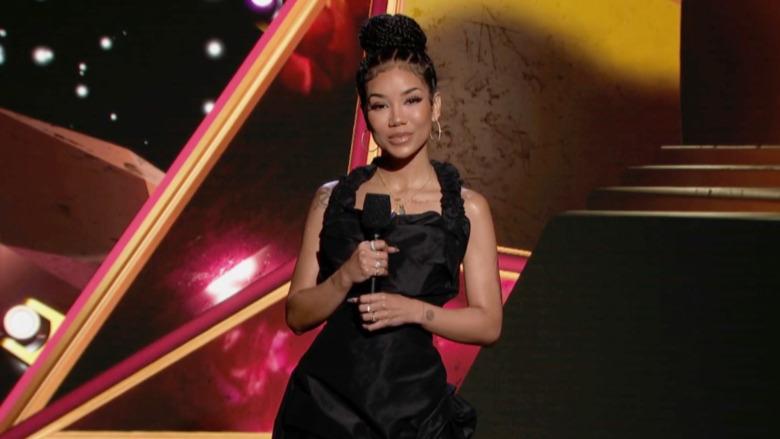 Programleder Jhené Aiko snakker på scenen for den 63. årlige GRAMMY Awards premieren