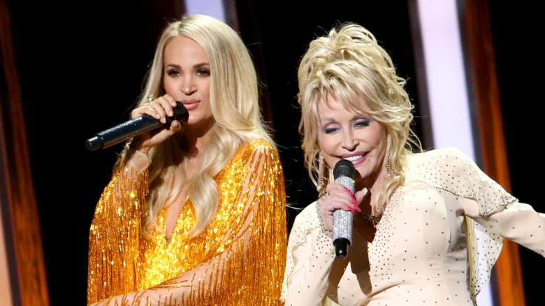Carrie Underwood og Dolly Parton synger