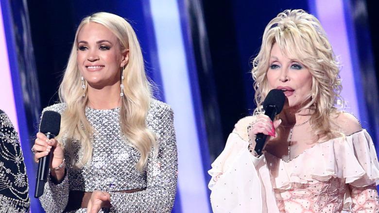 Carrie Underwood og Dolly Parton på scenen
