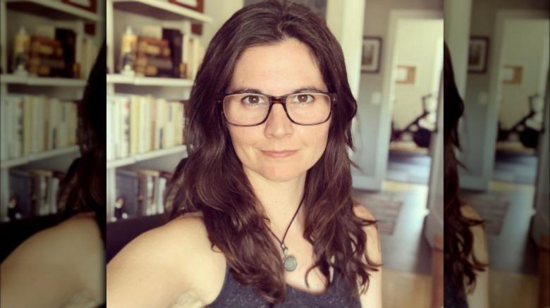 Lisa Jakub poserer for selfie med briller