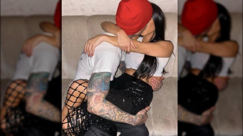Travis Barker og Kourtney Kardashian kysser