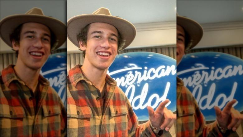 Wyatt Pike poserer foran American Idol-logoen