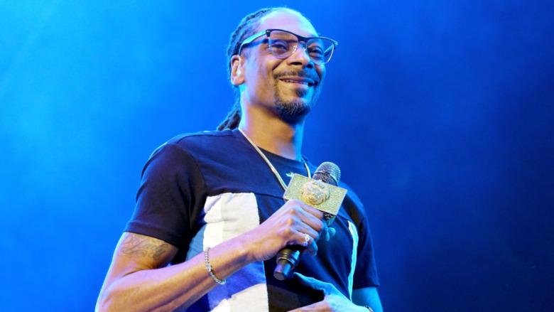 Snoop Dogg smiler på scenen