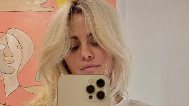Selena Gomez viser frem blondt hår med selfie