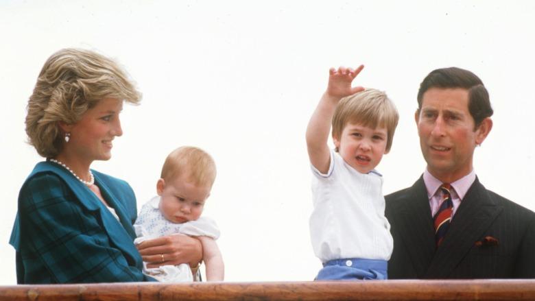 Prinsesse Diana, prins Charles og unge prins William og Harry står på en båt