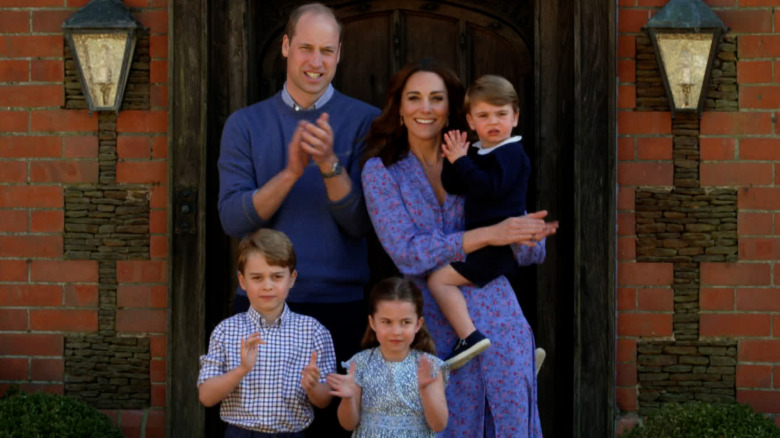 Prins William, Kate Middleton og barna deres stiller opp for et bilde