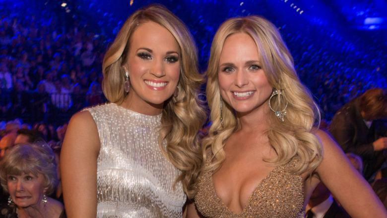 Carrie Underwood og Miranda Lambert smiler