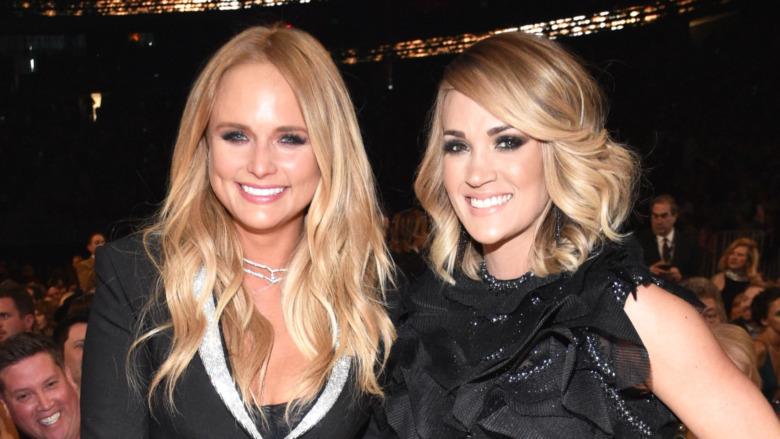 Miranda Lambert og Carrie Underwood smiler