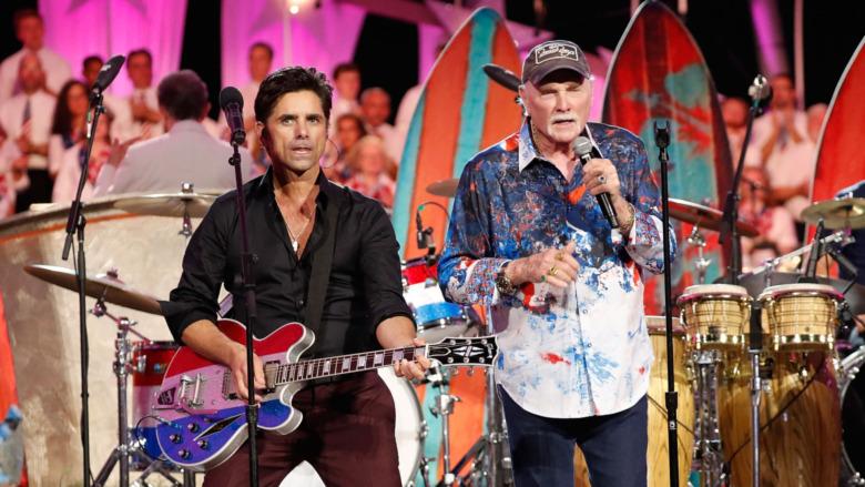 John Stamos opptrer med Beach Boys