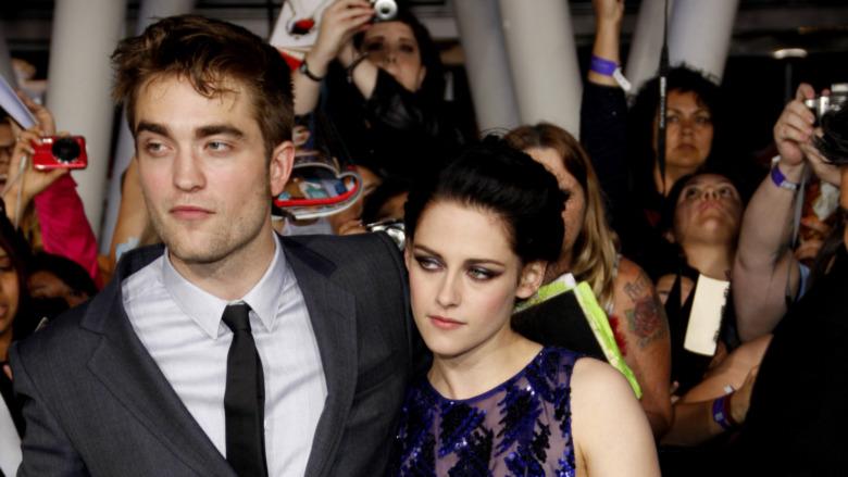 Robert Pattinson og Kristen Stewart omgitt av fans