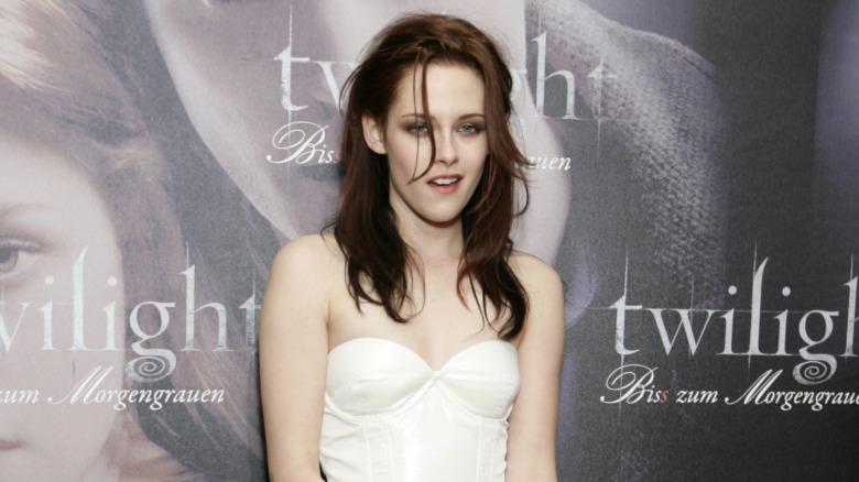 Kristen Stewart i en hvit kjole i 2008