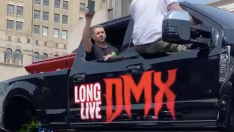 "Kisten med sent rap-ikon DMX bæres på en ""Long Live DMX"" monster truck"