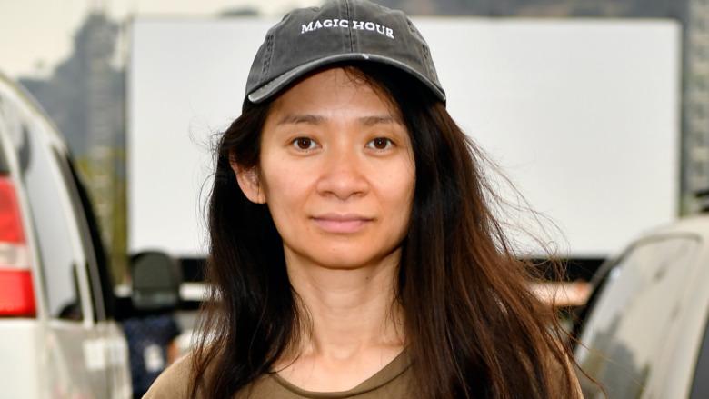 Chloé Zhao smiler mot kameraet