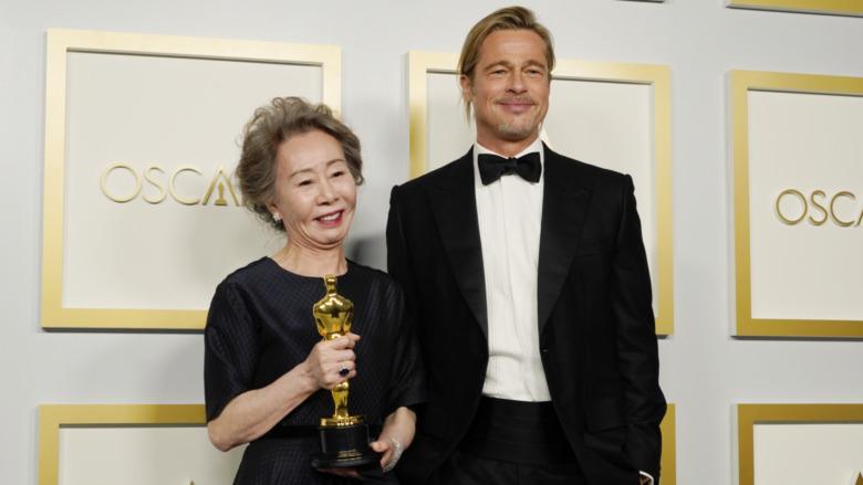 Brad Pitt og Youn Yuh-jung ved Oscar-utdelingen 2021