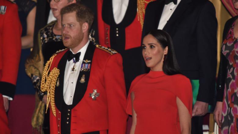 Prins Harry og Meghan Markle står med åpne munner