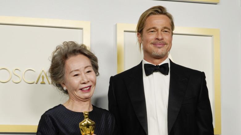 Yuh-Jung Youn og Brad Pitt på den 93. årlige Oscar-utdelingen