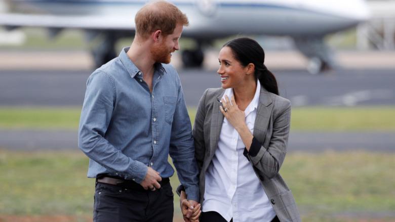Prins Harry og Meghan Markle holder hender