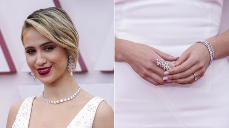 Maria Bakalova viser frem sine Oscar-smykker