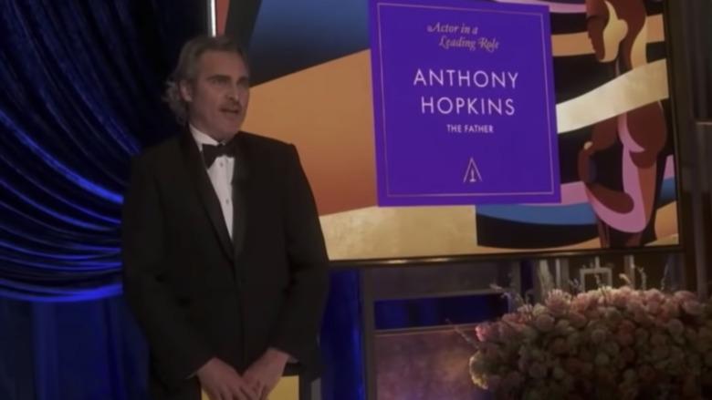 Joaquin Phoenix deler ut prisen for beste skuespiller til en fraværende Anthony Hopkins på Oscar-utdelingen 2021