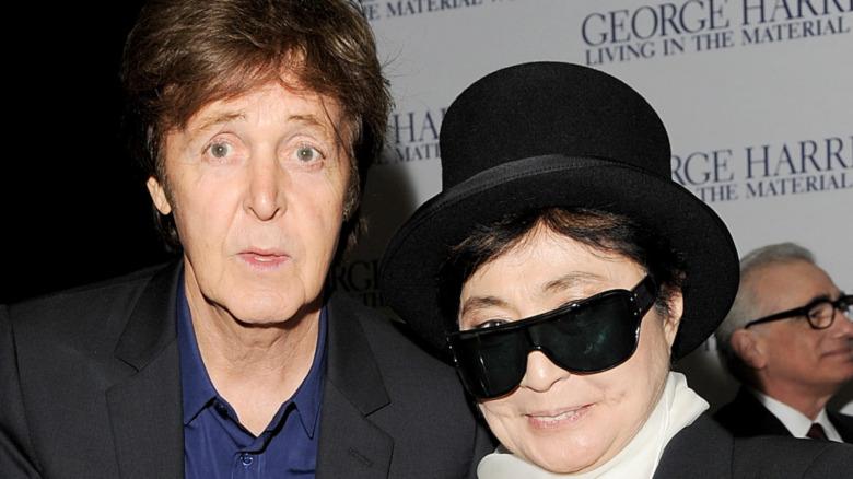 Paul McCartney og Yoko Ono smilte i 2011