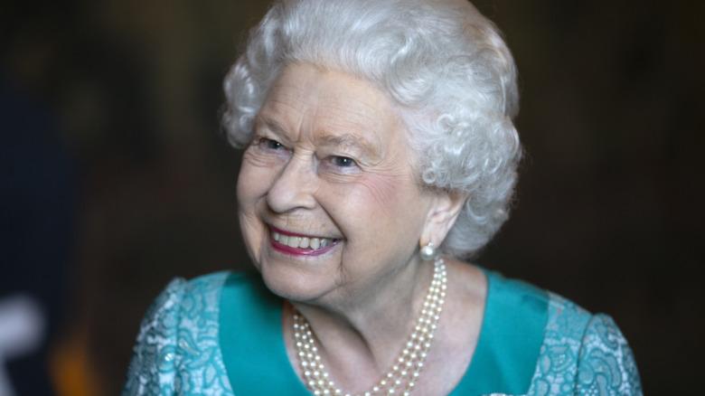 Dronning Elizabeth smiler ved mottakelsen i 2018