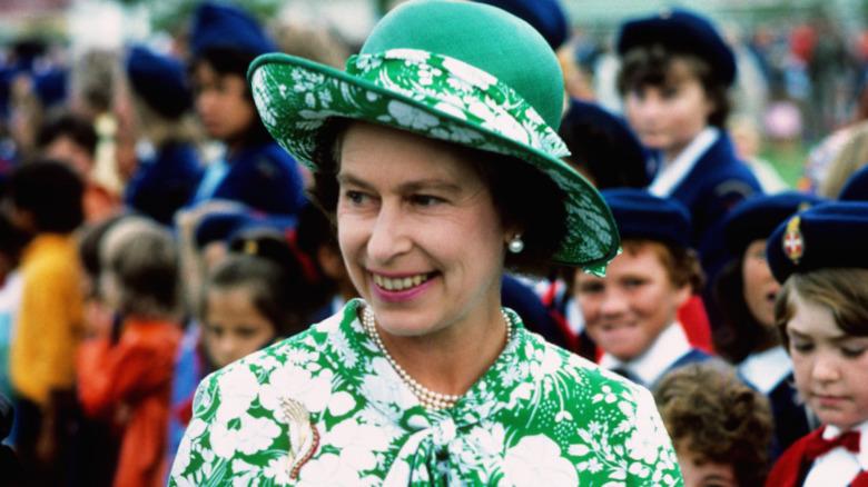 Dronning Elizabeth hilser på barn under Silver Jubilee-turen